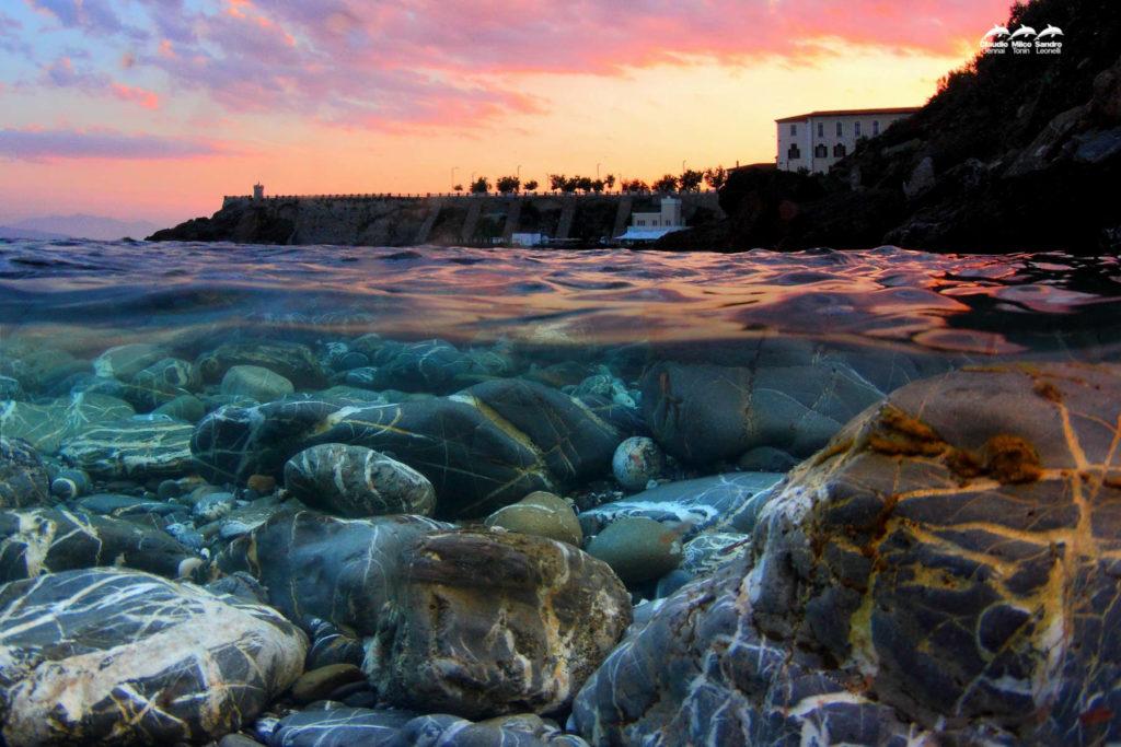 Foto artistica di Piazza Bovio a Piombino - foto scattata a pelo d'acqua
