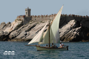 Gozzo a vela latina sotto piazza Bovio