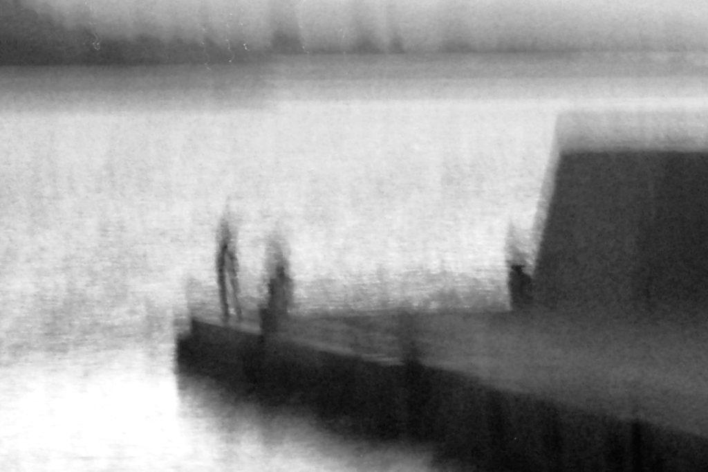 """mosso creativo - foto intitolata """"attese sul molo"""" - autrice Paola Tornambè"""