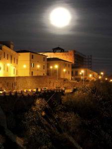 castello di piombino di notte