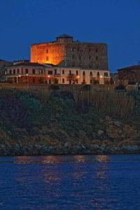 castello di piombino di notte dal mare