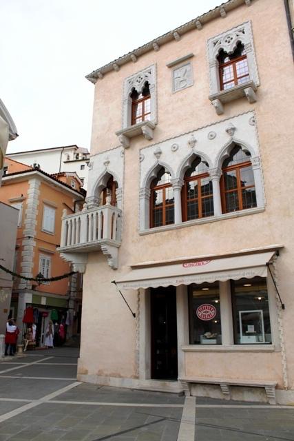 foto di casa veneziane e piazza tardini