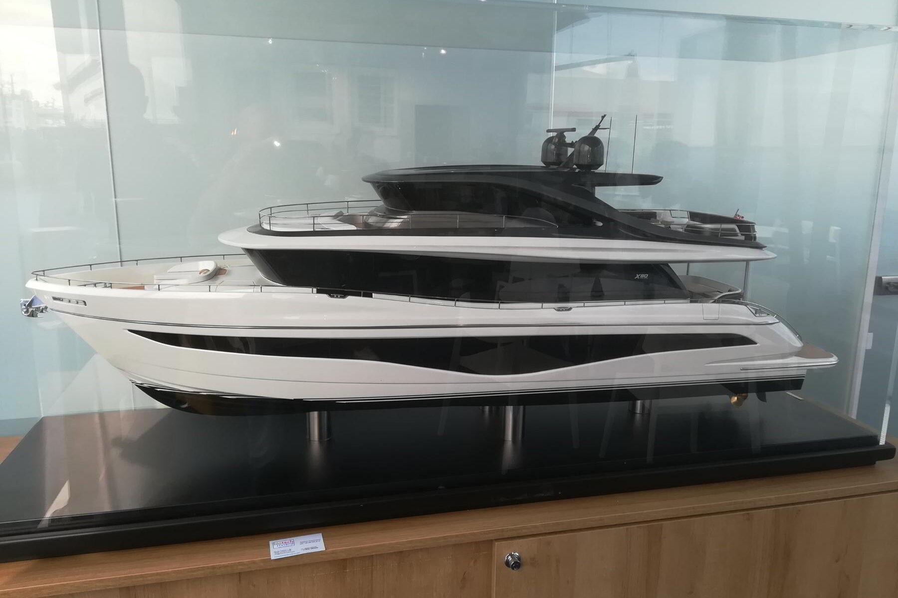 modello yacht da cantiere